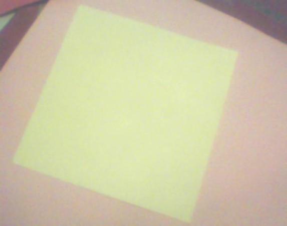 先找一张正方形的纸
